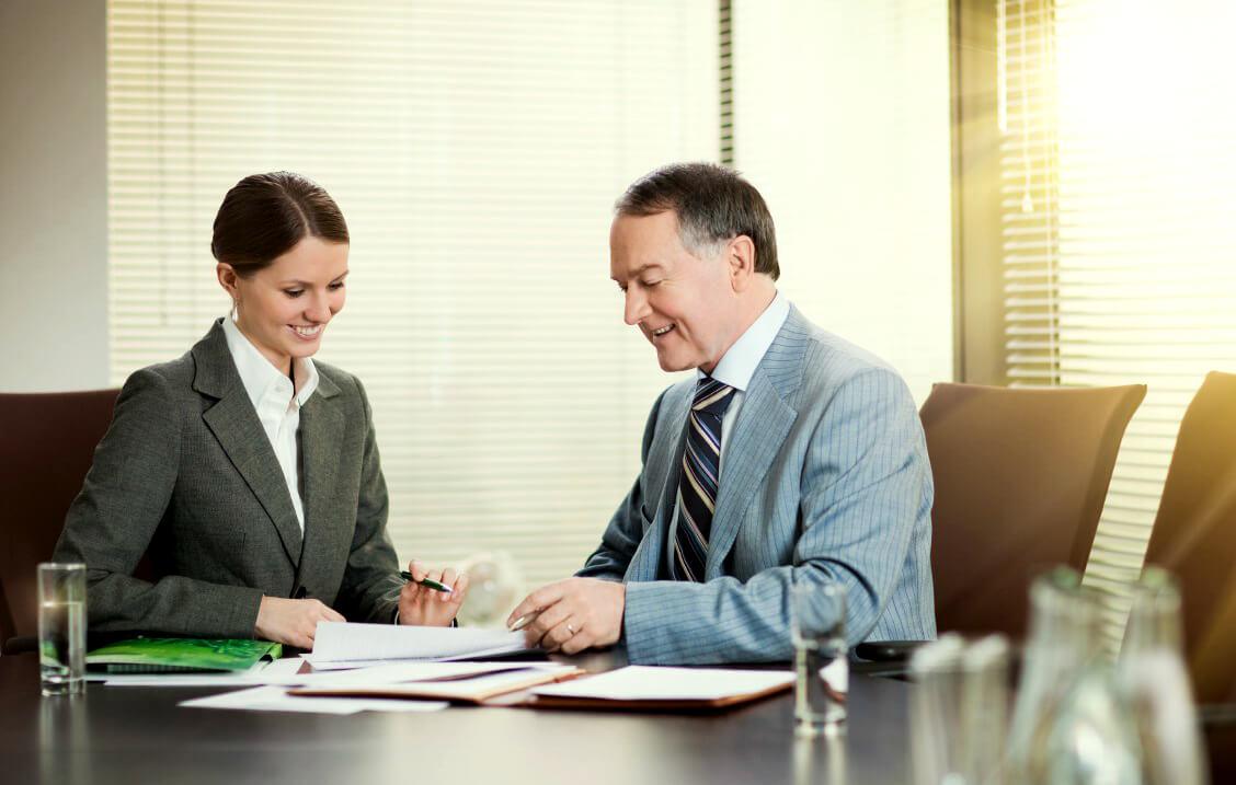 Звернутися в банк (по телефону або особисто завітавши до офісу) і повідомити про шахрайської операції.