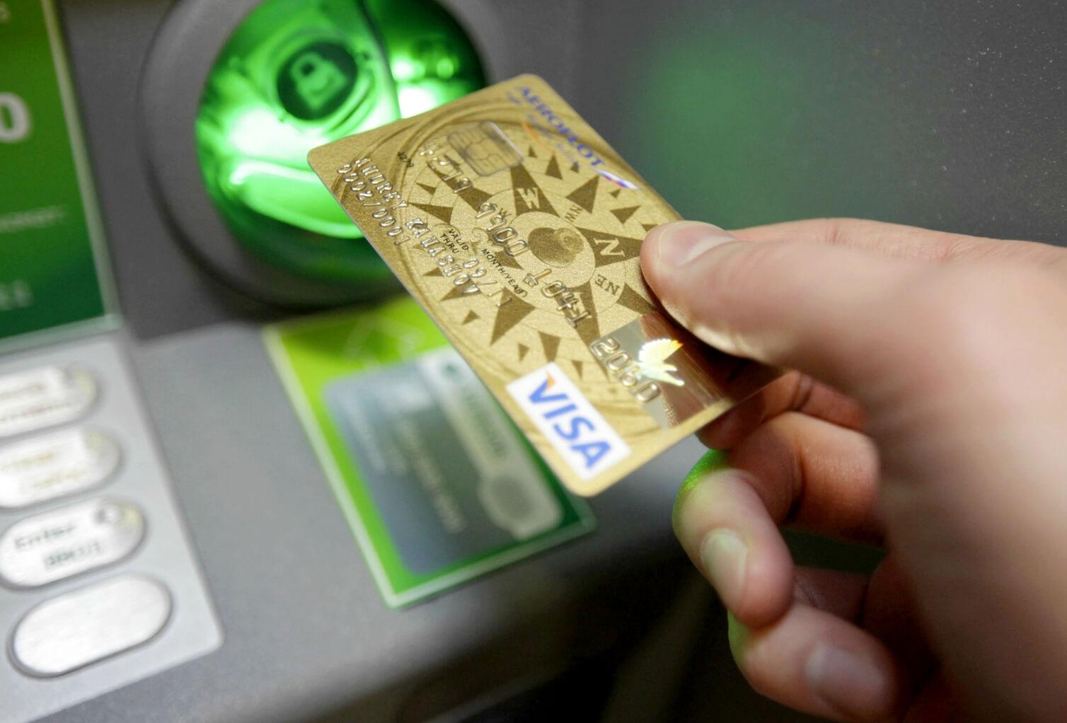 скиммер – представляет собой миниатюрный модуль, который обычно крепится на банкомат